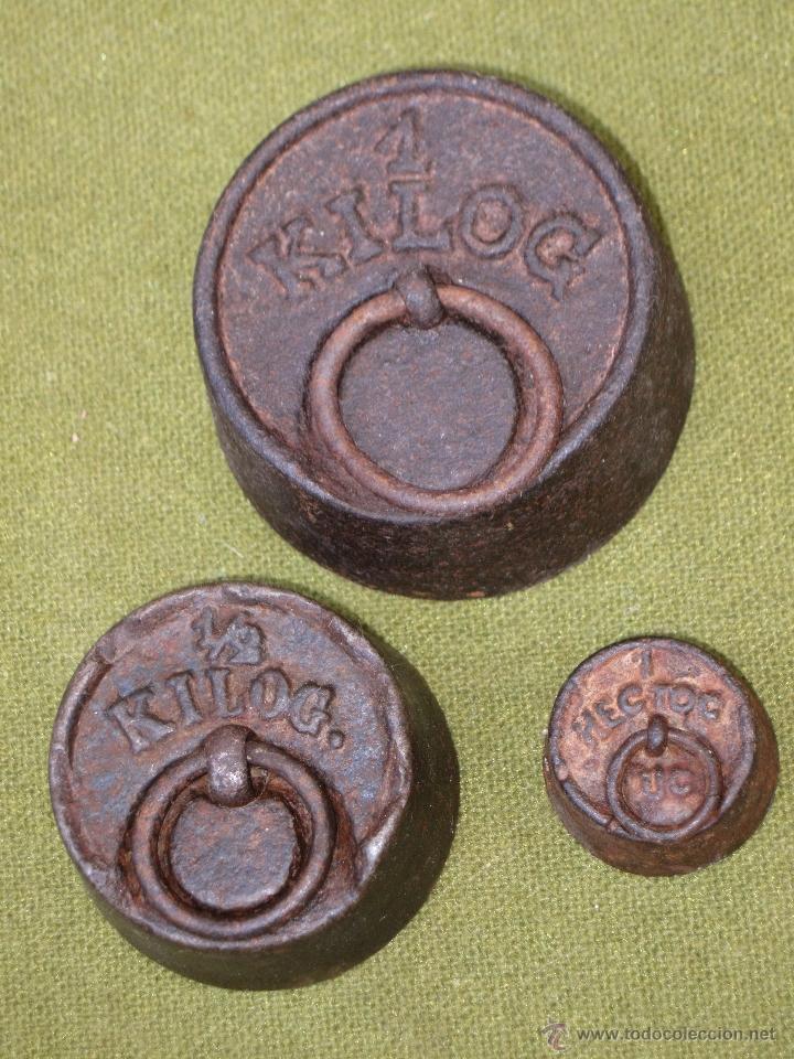 LOTE DE 3 PESAS ANTIGUAS DE HIERRO PARA BALANZA. (Antigüedades - Técnicas - Medidas de Peso Antiguas - Otras)