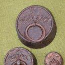Antigüedades: LOTE DE 3 PESAS ANTIGUAS DE HIERRO PARA BALANZA.. Lote 51464693