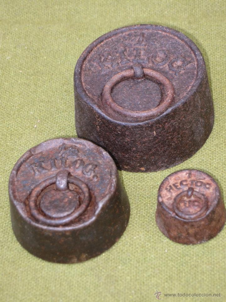 Antigüedades: LOTE DE 3 PESAS ANTIGUAS DE HIERRO PARA BALANZA. - Foto 2 - 51464693
