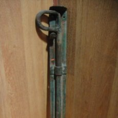 Antigüedades: PESTILLO PARA PORTALON - FORJA - 45 CNTº DE LARGO. Lote 51632478