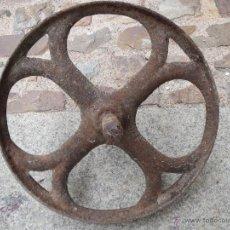 Antigüedades: ANTIGUA RUEDA DE HIERRO FUNDIDO MIDE 32 CM Y DE EJE 28CM.. Lote 51766487