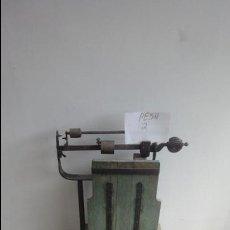 Antigüedades: BÁSCULA ANTIGUA DE MADERA Y HIERRO MAXIMO 200 KG. Lote 51995719