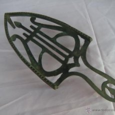 Antigüedades: ANTIGUO PIE DE PLANCHA CON LIRA. Lote 52166226