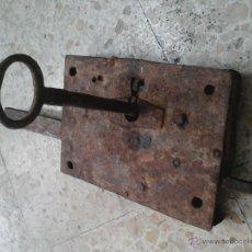 Antigüedades: CERRADURA GRANDE CON LLAVE. Lote 52293155