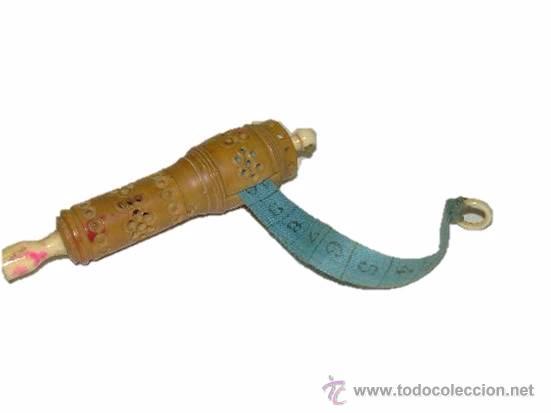 ANTIGUO Y BONITO ALFILETERO TALLADO EN HUESO CON CINTA METRICA (Antigüedades - Técnicas - Varios)