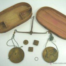 Antigüedades: ANTIGUA BALANZA PESA MONEDAS - CON CAJA Y 3 PONDERALES ESPAÑOLES - DUROS - SIGLO XIX - PESAR BASCULA. Lote 52415096
