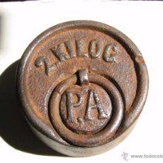 Antigüedades: PESA DE FUNDICION DE 2 KILOS P.A CA 1890. Lote 52473151