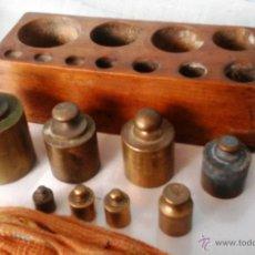 Antigüedades: JUEGO DE PESAS ORIGINALES EN BRONCE CON SU TACO. 8 PESAS ANTIGUAS. Lote 52559460
