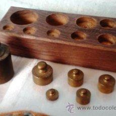 Antigüedades: JUEGO DE PESAS ORIGINALES EN BRONCE CON SU TACO. 6 PESAS ANTIGUAS. Lote 52559664