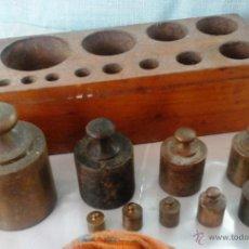 Antigüedades: JUEGO DE PESAS ORIGINALES EN BRONCE CON SU TACO. 9 PESAS ANTIGUAS. Lote 52559782