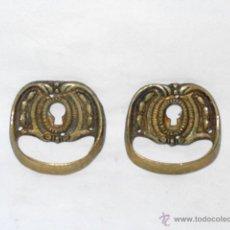 Antigüedades: 2 BOCALLAVES CON TIRADOR. BRONCE. 5,4 X 5,7 CM. Lote 52599514