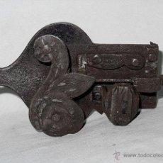 Antigüedades: CERRADURA RESBALON HIERRO CINCELADO. SIGLO XVIII - XIX. Lote 52617105