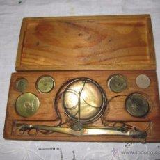 Antigüedades: ANTIGUA BÁSCULA DE PRECISIÓN CON PESAS. MEDIDA ESTUCHE: 15 X 7 CMS.. Lote 52723327
