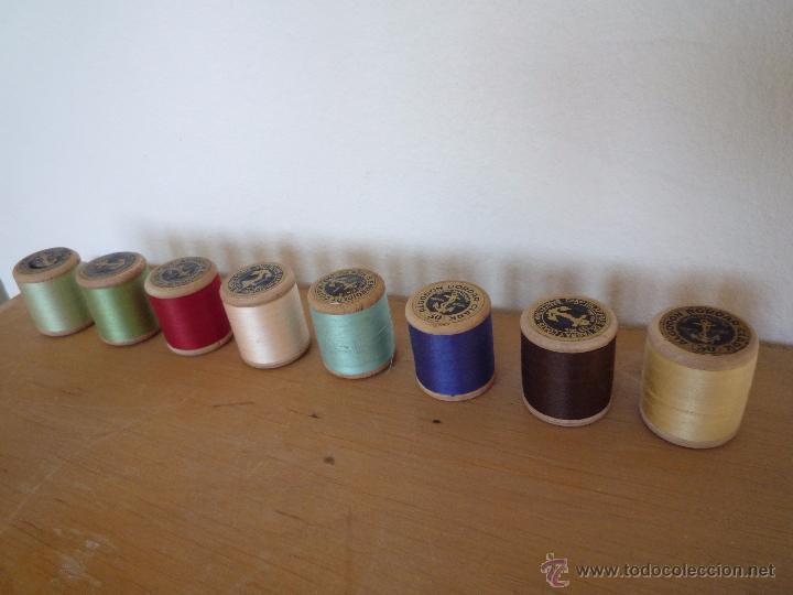 Antigüedades: 8 antiguos carretes bobinas madera / Hilo para bordar / Colores / *FABRA Y COATS* / ¡Sin estrenar! - Foto 3 - 52725828