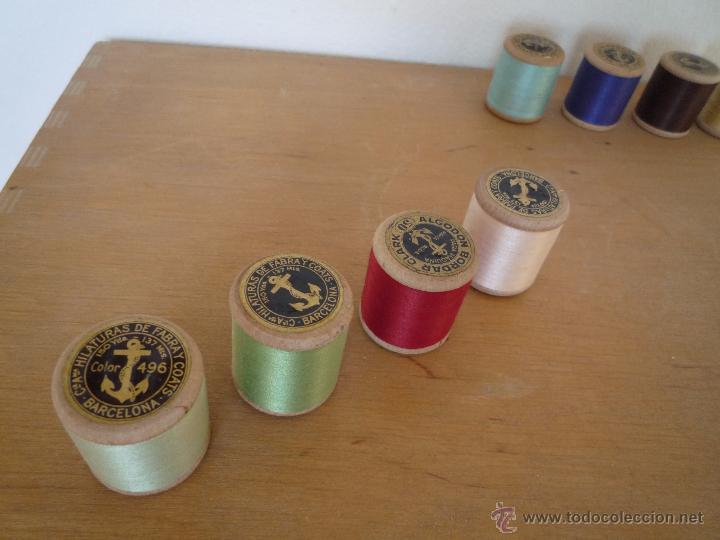 Antigüedades: 8 antiguos carretes bobinas madera / Hilo para bordar / Colores / *FABRA Y COATS* / ¡Sin estrenar! - Foto 4 - 52725828