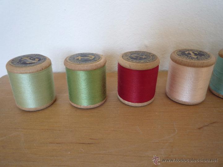 Antigüedades: 8 antiguos carretes bobinas madera / Hilo para bordar / Colores / *FABRA Y COATS* / ¡Sin estrenar! - Foto 5 - 52725828
