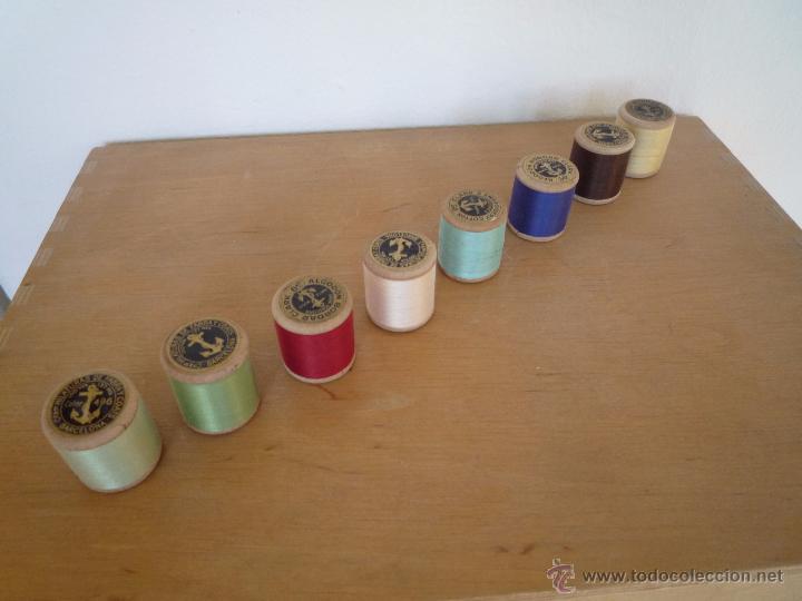 Antigüedades: 8 antiguos carretes bobinas madera / Hilo para bordar / Colores / *FABRA Y COATS* / ¡Sin estrenar! - Foto 8 - 52725828