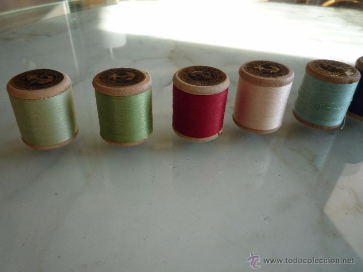 Antigüedades: 8 antiguos carretes bobinas madera / Hilo para bordar / Colores / *FABRA Y COATS* / ¡Sin estrenar! - Foto 14 - 52725828
