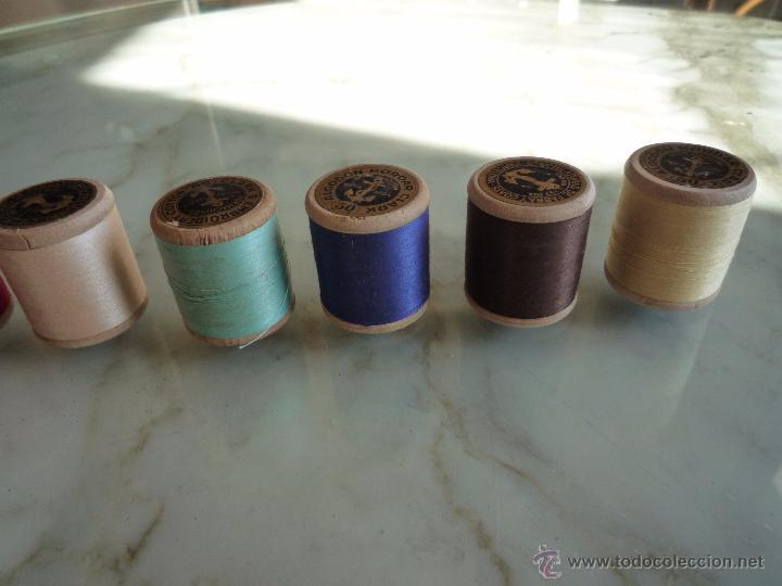 Antigüedades: 8 antiguos carretes bobinas madera / Hilo para bordar / Colores / *FABRA Y COATS* / ¡Sin estrenar! - Foto 15 - 52725828