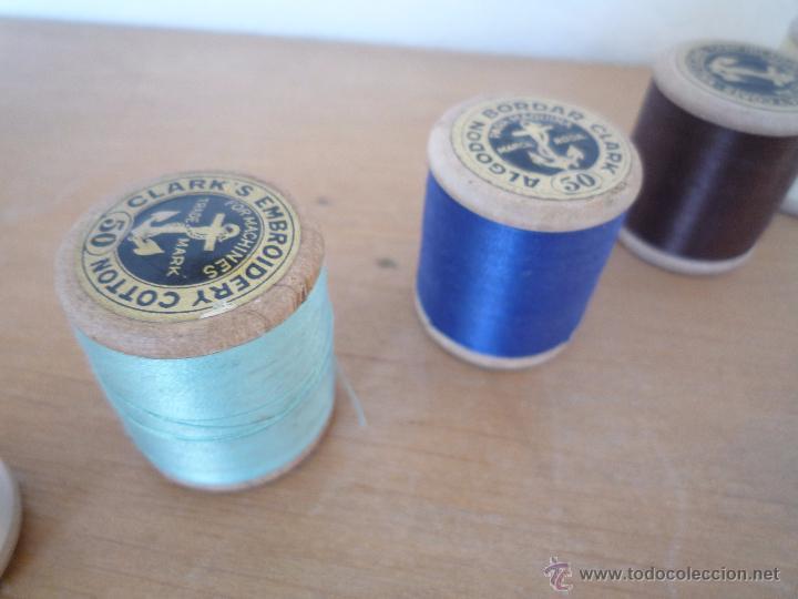 Antigüedades: 8 antiguos carretes bobinas madera / Hilo para bordar / Colores / *FABRA Y COATS* / ¡Sin estrenar! - Foto 19 - 52725828