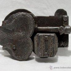 Antigüedades: CERRADURA HIERRO CINCELADO DE LAS DENOMINADAS: DE GUITARRA. SIGLO XVII-XIX. Lote 52825480