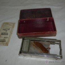 Antigüedades: ANTIGUA MAQUINA AFILADORA CUCHILLA NAVAJA DE AFEITAR, EN SU CAJA Y CON INSTRUCCIONES. Lote 52994460