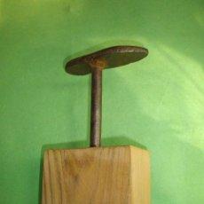Antigüedades: ANTIGUO YUNQUE TAS PEQUEÑA HORMA ZAPATERO BIGORNIA HERRERO FORJA PEANA MADERA DECORACION INDUSTRIAL. Lote 53270214