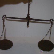 Antigüedades: MUY ANTIGUA Y RARA BALANZA DE HIERRO FORJADO Y CAJA ORIGINAL...LLEVA INSCRITO...MIAS - FRS.. Lote 53341519
