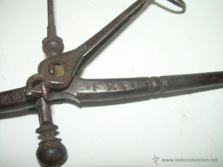 Antigüedades: MUY ANTIGUA Y RARA BALANZA DE HIERRO FORJADO Y CAJA ORIGINAL...LLEVA INSCRITO...MIAS - FRS. - Foto 5 - 53341519