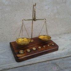 Antigüedades: BALANZA DE 2 PLATOS CON 7 PESITAS EN PEANA DE MADERA, BAL365. Lote 53477724