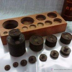 Antigüedades: JUEGO DE PESAS ORIGINALES EN HIERRO Y BRONCE CON SU TACO. 11 PESAS ANTIGUAS:. Lote 53487542