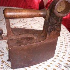 Antigüedades: ANTIGUA PLANCHA DE HIERRO PARA CARBON, MARCA MONDRAGON UC. NUMERO 6. Lote 53528375