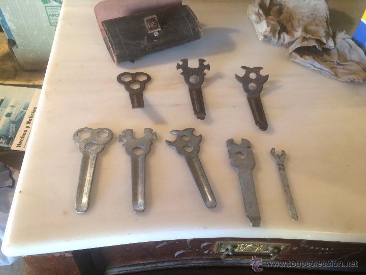 Antigüedades: Antiguas herramienta / llave inglesa para aflojar tuercas en hierro, con estuche de cuero años 40 - Foto 6 - 53785652