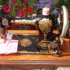 Antigüedades: PRECIOSA ANTIGUA MAQUINA DE COSER JONES,SEGUN LO PROVISTO A SU MAJESTAD LA REINA ALEXANDRA DE UK. Lote 53802903