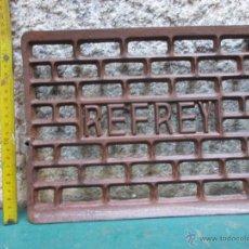 Antigüedades: MESETA DE PEDAL BALANCIN, MAQUINA DE COSER REFREY, HIERRO FUNDIDO, 2.2 KG 32X23CM LIMPIA. Lote 53830555
