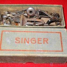 Antigüedades: ANTIGUA CAJA SINGER CON ACCESORIOS REPUESTOS Y RECAMBIOS. Lote 54009054