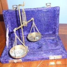 Antigüedades: ANTIGUA BASCULA DE PRECISION . EN CAJA DE TERCIOPELO . BRONCE NO TIENE PESAS PLEGABLE. Lote 54065196
