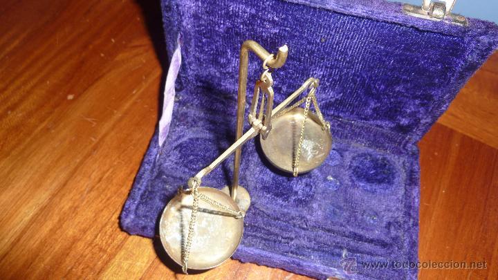 Antigüedades: Antigua bascula de precision . en caja de terciopelo . bronce no tiene pesas plegable - Foto 3 - 54065196