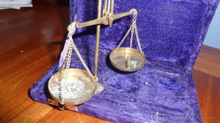 Antigüedades: Antigua bascula de precision . en caja de terciopelo . bronce no tiene pesas plegable - Foto 5 - 54065196