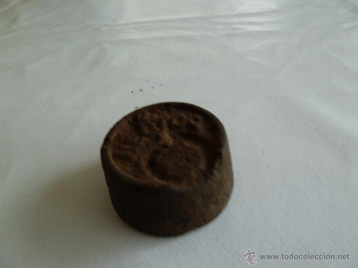 Antigüedades: f 2226 ANTIGUA PESA DE HIERRO DE 2 HECTOG - 200 GRAMOS LE FALTA ARO SUPERIOR Y PESA 193 GRAMOS - Foto 2 - 54108903