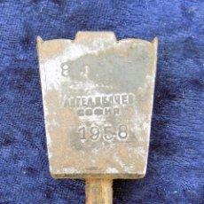 Antigüedades: ANTIGUA HERRAMIENTA DE GUARNICIONERO, TALABARDERO. ASENTADOR. FECHADA EN 1958. 9.7 CM DE LARGO. Lote 54269638