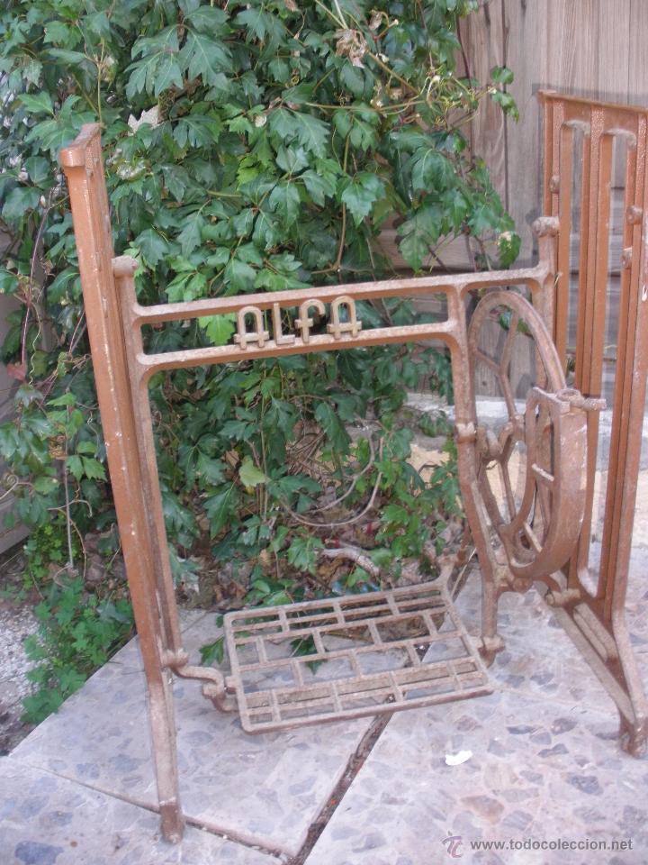 HIERROS PIE MESA MAQUINA DE COSER PIÉ DE ALFA. ALFA PIE EN HIERRO COLADO (Antigüedades - Técnicas - Máquinas de Coser Antiguas - Alfa)