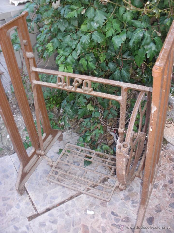Antigüedades: hierros pie mesa maquina de coser Pié de Alfa. ALFA PIE EN HIERRO COLADO - Foto 2 - 97223344