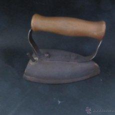Antigüedades: ANTIGUA PLANCHA ELECTRICA CON MANGO DE MADERA. Lote 54527676