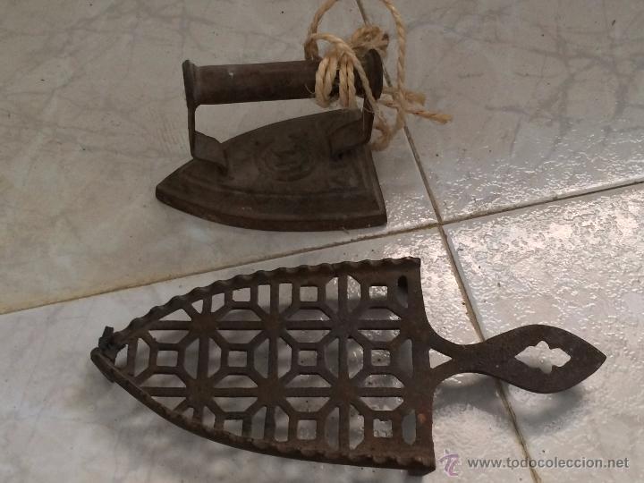 Antigüedades: LOTE PLANCHAS ANTIGUAS 2 DE HIERRO Y 1 ELÉCTRICA - Foto 4 - 54742996