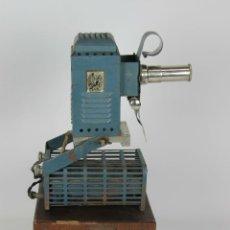 Antigüedades: PROYECTOR CRUZADA ESCOLAR BARCELONA MODELO B. FUNDA ORIGINAL Y TRANSFORMADOR. 1920.. Lote 51055017