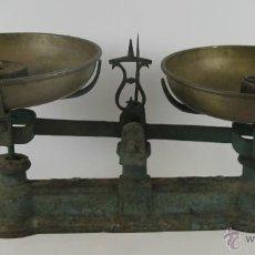 Antigüedades: BALANZA EN HIERRO DE FUNDICION. PLATOS EN LATÓN. INCLUYE DOS PESOS. SIGLO XIX.. Lote 49104584