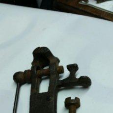 Antigüedades: TORNILLO DE BANCO DE RELOJERO MUY ANTIGUO,SIGLO XIX APROX. Lote 54857376