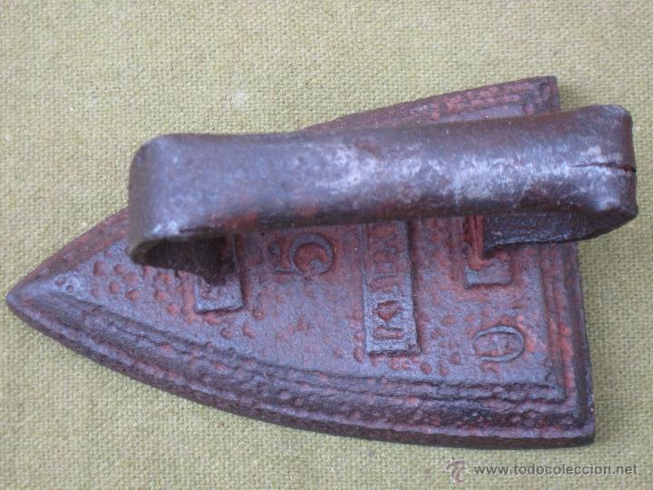 PLANCHA ANTIGUA EN HIERRO MACIZO. NUM. 5 - CON MARCA. (Antigüedades - Técnicas - Planchas Antiguas - Hierro)