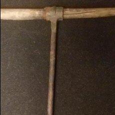 Antigüedades: ENORME BARRENA CARPINTERIA DOS MANOS 47 CM SIGLO XIX MANGO MADERA HERRAMIENTA DE COLECCIONISTA. Lote 54924503